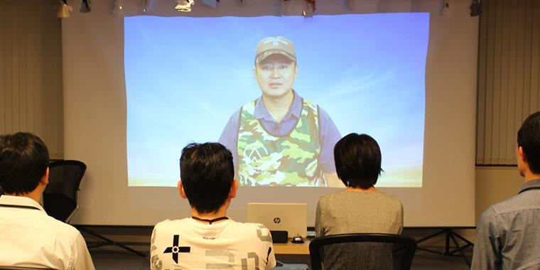 児玉社長からの動画メッセージを見る受講生たち