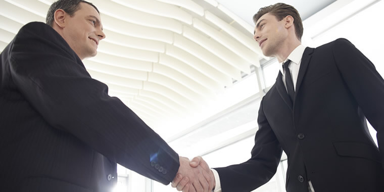 握手をする外国人男性の画像