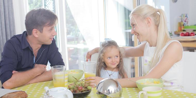 外国人家族の朝食の様子