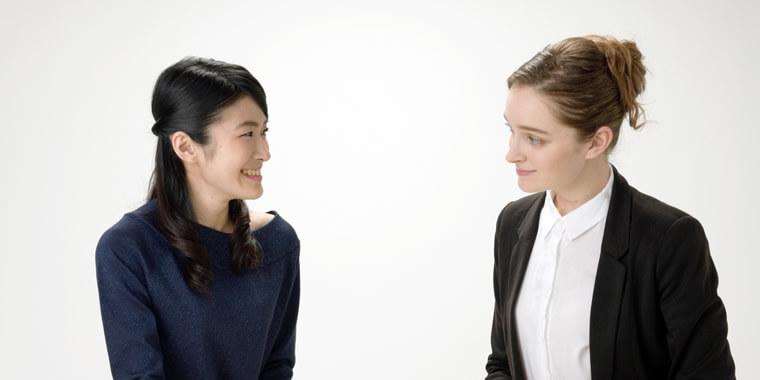 外国人女性にご機嫌を訪ねる日本人女性の画像