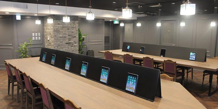 自習スペースの画像。座席には学習用コンテンツがインストールされたiPadが設置されている。