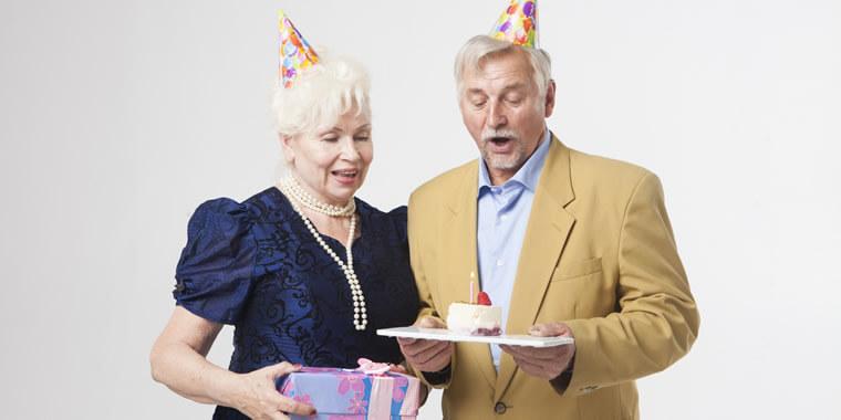 お祝いされる外国人老夫婦の画像