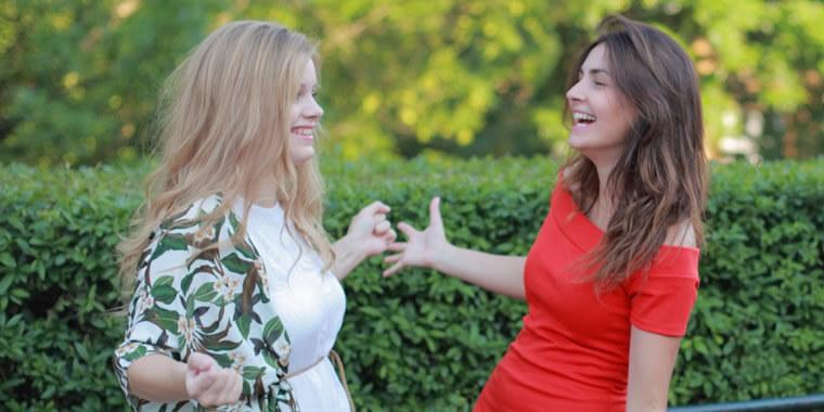 再会を喜ぶ外国人女性の画像