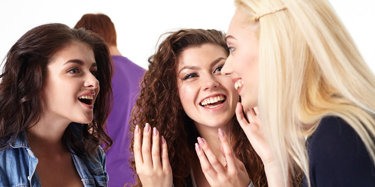 友人を紹介する外国人女性の画像