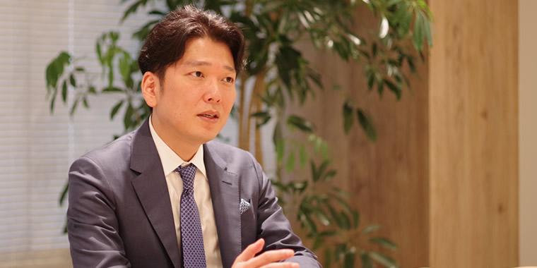 インタビューに応じる岡社長の画像。