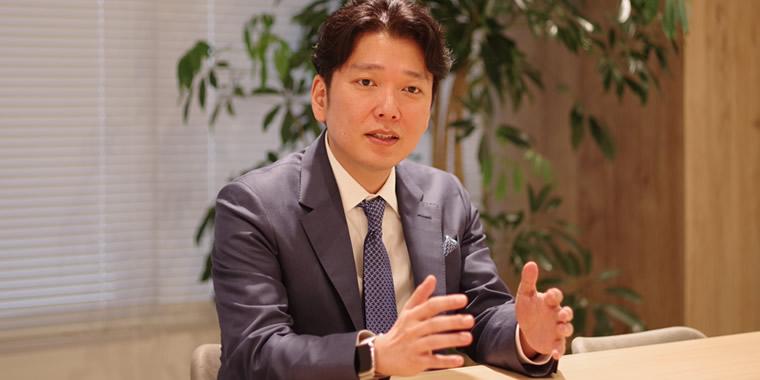インタビューに応じる岡社長の画像