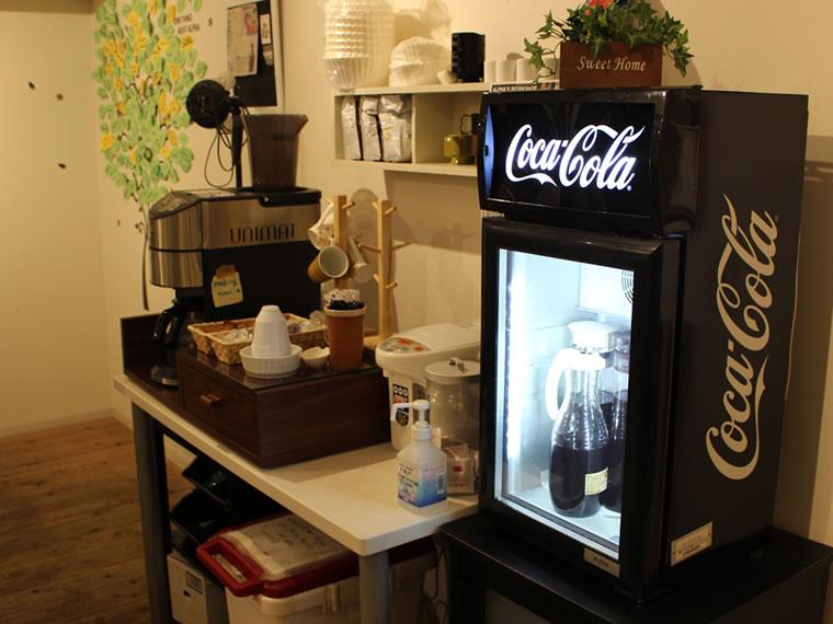 ドリンクバーの画像。コーヒー、紅茶、日本茶はフリーで飲み放題。