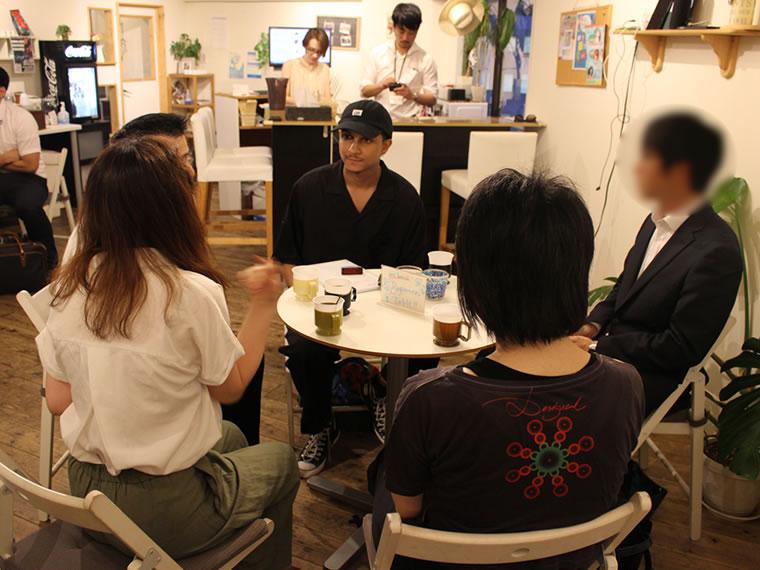 会話中の様子。1つテーブルにスタッフが一人同席する。
