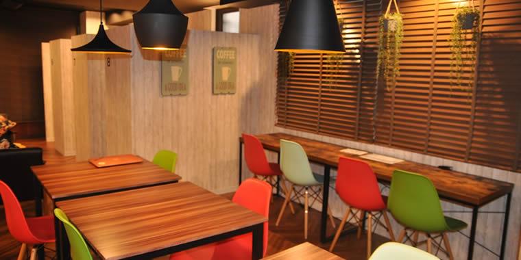 スクール内の画像。落ち着いたカフェのような雰囲気