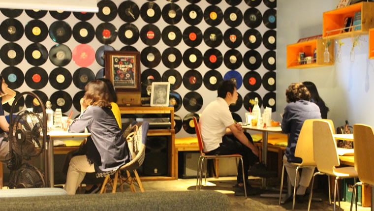 lancul下北沢店の店内の様子。壁一面にレコード盤が飾ってある。